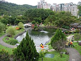 一見日本の庭園と変わらないようだけど、橋やあずまやが中国風
